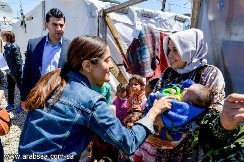 سلمى حايك تدعم اللاجئين السوريين في أول زيارة إلى لبنان