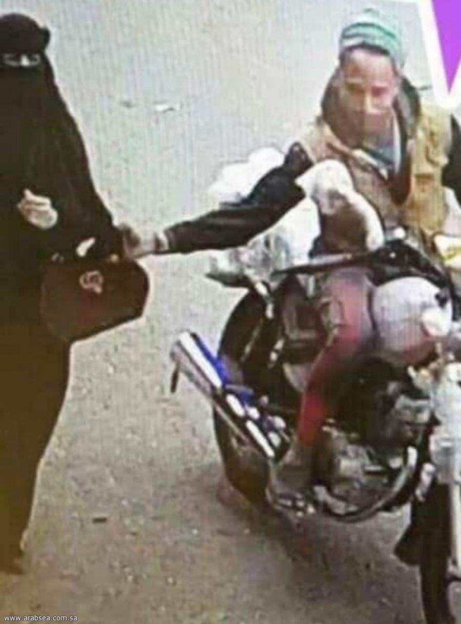 توضيح لما تم تداوله عبر وسائل التواصل الاجتماعي سائق دراجة نارية يقوم بسرقة شنطة امرأة
