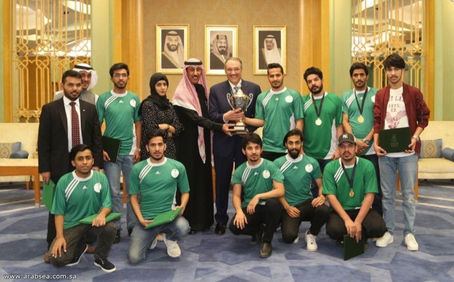 سفير المملكة يكرم الفريق السعودي  الفائز  بكاس دوري الطلبة الخلجيين