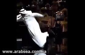 سقوط عبدالله الرويشد على المسرح ونقله إلى المستشفى