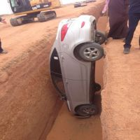 إصابة سائق سيارة بكسور في الكتف والفخذ اثر وقوع سيارته في الصرف الصحي في المدينة الجامعية بحائل