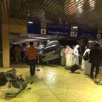 سيارة مسرعة تقتحم إحدى مواقف مطار الملك خالد