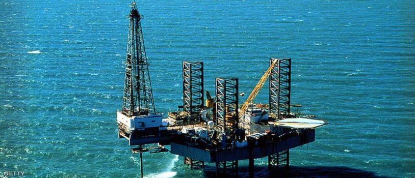 النفط يسجل ارتفاعا.. ويتخطى حاجز الـ 50 دولارا