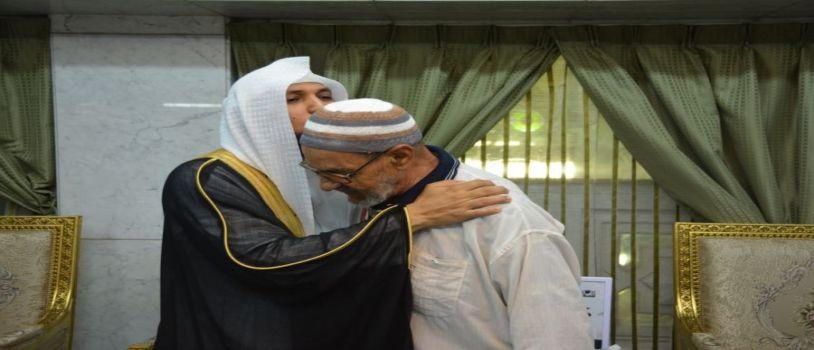 الشيخ المعيقلي يوزع الهدايا على ضيوف الرحمن وذلك ضمن حملة (خدمة الحاج والزائر وسام فخر لنا5)