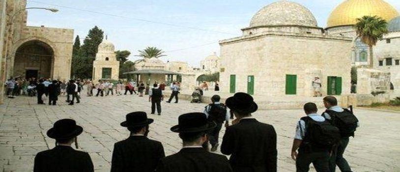 مستوطنون يقتحمون الأقصى بحراسة قوات الإحتلال