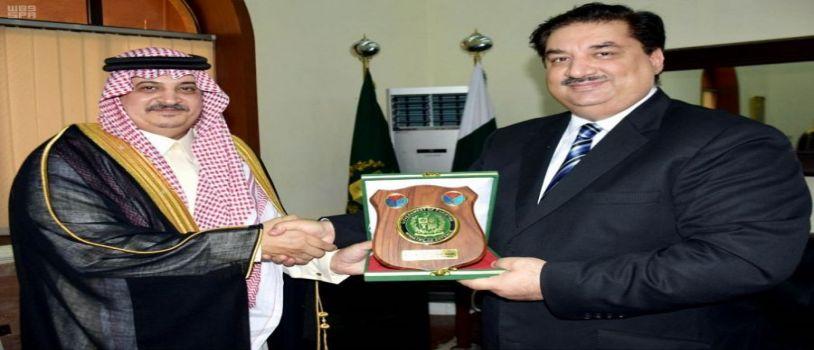 وزير الدفاع الباكستاني يستقبل سفير خادم الحرمين الشريفين لدى باكستان