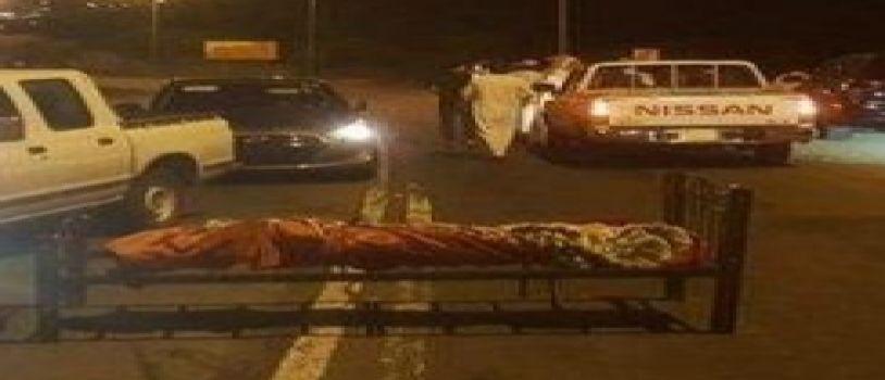 الكشفت عن لغز الجثـة التي تم العثور عليها ملفوفة ببطانية على سرير في وسط الطريق