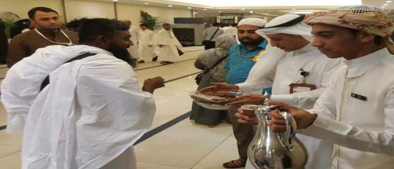 ماء زمزم والتمور والقهوة العربية في استقبال حجاج جنوبا آسيا