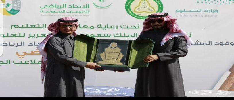 د. المزيني يتوج جامعة الملك سعود ببطولة التنس الأرضي للجامعات