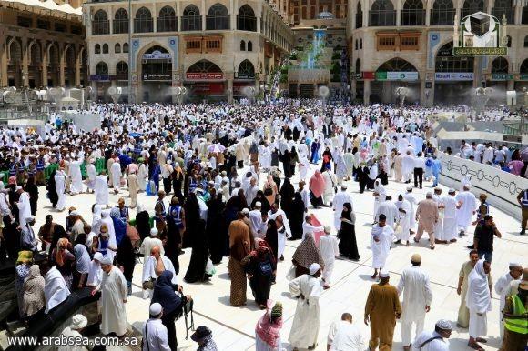 وسط منظومة متكاملة من الخدمات جموع المصلون يؤدون صلاة الجمعة بالمسجد الحرام